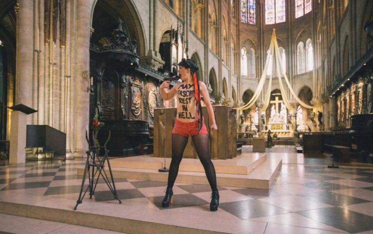 Femen_Notre-Dame_Paris  fascism rest in hell 1